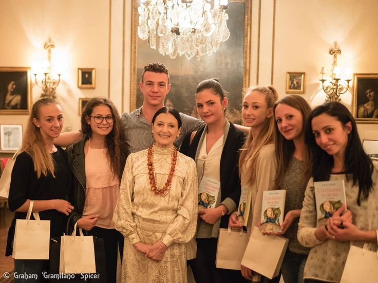 carla-fracci-with-elena-de-laurentiis-and-students-from-the-liceo-coreutico-a-locatelli-in-bergamo
