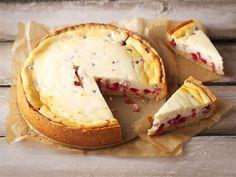 Puolukka-juustokakku. Maitorahkan tilalle sopii myös turkkilainen jugurtti. Toimii myös vadelma-juustokakkuna.