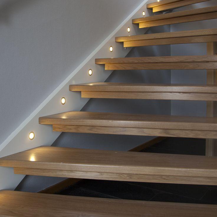 små spottar i trappan -