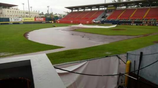 Veracruz, Ver. 6 de julio del 2017.- La fuerte lluvia que se dejó caer durante la tarde de este jueves, hizo que se cancelara el tercer jueg...