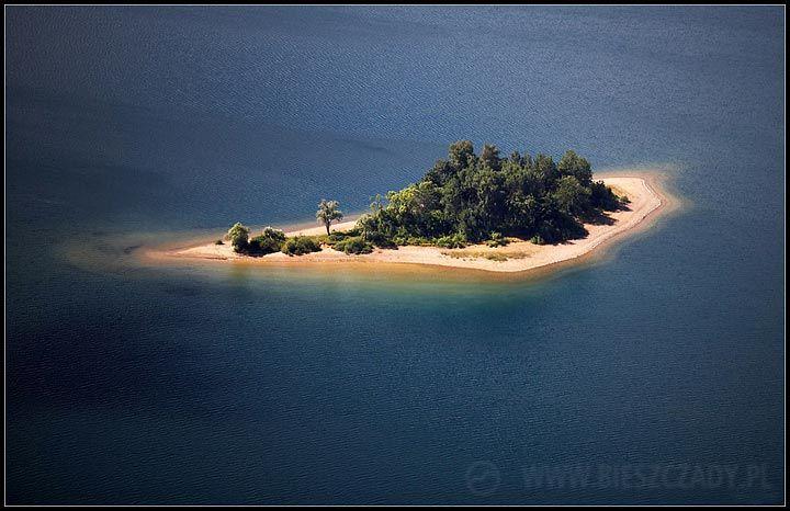 To nie jeden z atoli Francuskiej Polinezji lecz Wyspa Mała na Jeziorze Solińskim