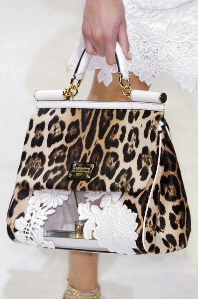 Die Designer Dolce und Gabbana sind große Verfechter des Leo-Prints und bringen ihn immer wieder auf Taschen, Schuhe und andere Kleidungsstücke! #leopardhandbag #dolcegabbana
