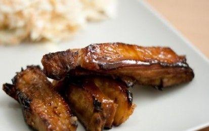 """Costine di maiale al """"barbecue"""" - Questa ricetta per le costine di maiale da cuocere al barbecue, ma va bene anche il forno di casa, è ottima per la grigliata all'aperto, soprattutto per chi ama i sapori della cucina americana."""