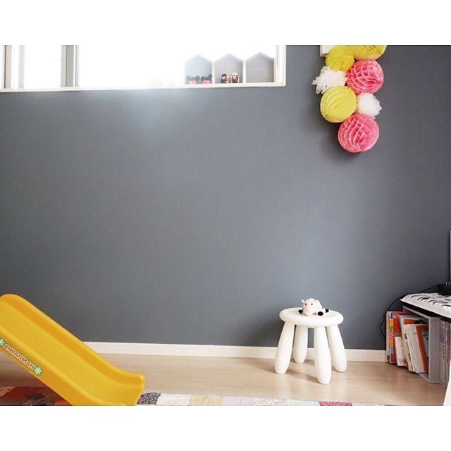 女性で、Otherの海外インテリアに憧れる/こどもと暮らす。/アクセントウォール/アクセントカラー…などについてのインテリア実例を紹介。「kidsroom♤after ***壁を一面だけ黒板塗料で塗りました。チャコールグレーが良い感じです♭アンパンマン様の滑り台があるので、ムスメ部屋は黄色とピンクを多めに置くようにしてます。残りの壁もピンク系に塗りたいなぁ…と妄想してます。」(この写真は 2015-07-02 16:05:03 に共有されました)