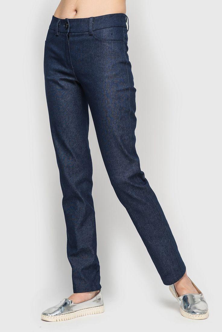 Брюки деним тёмно-синие. Комфортные и эффектные #джинсы темно-синего цвета претендуют на звание одних из самых востребованных #нарядов в #женском #гардеробе. Модель идеально скроена и не сковывает движений, хорошо сидит по фигуре и сшита из ткани, приятной к телу. Женские #брюки прямого кроя из качественного коттона станут идеальным комби-партнером рубашки, свитшота, ветровки или куртки бомбера.