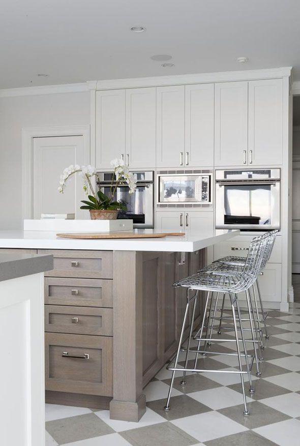 Taburete Bertoia en una cocina que combina elementos modernos con el piso Damero