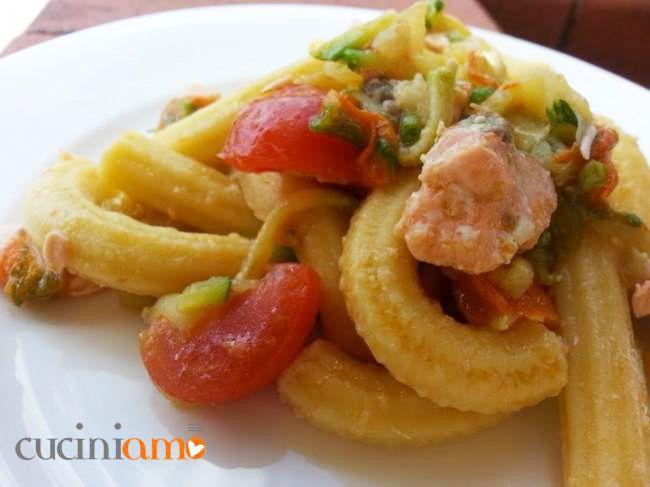 Maccheroncini rigati con zucchine fiorite, salmone e pomodorini | CuciniAmO