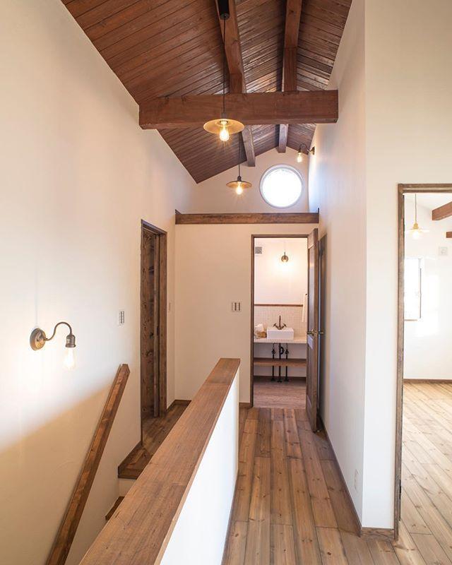 木天井と丸窓からの陽で 明暗のバランスをとった2階部分です 上里建設