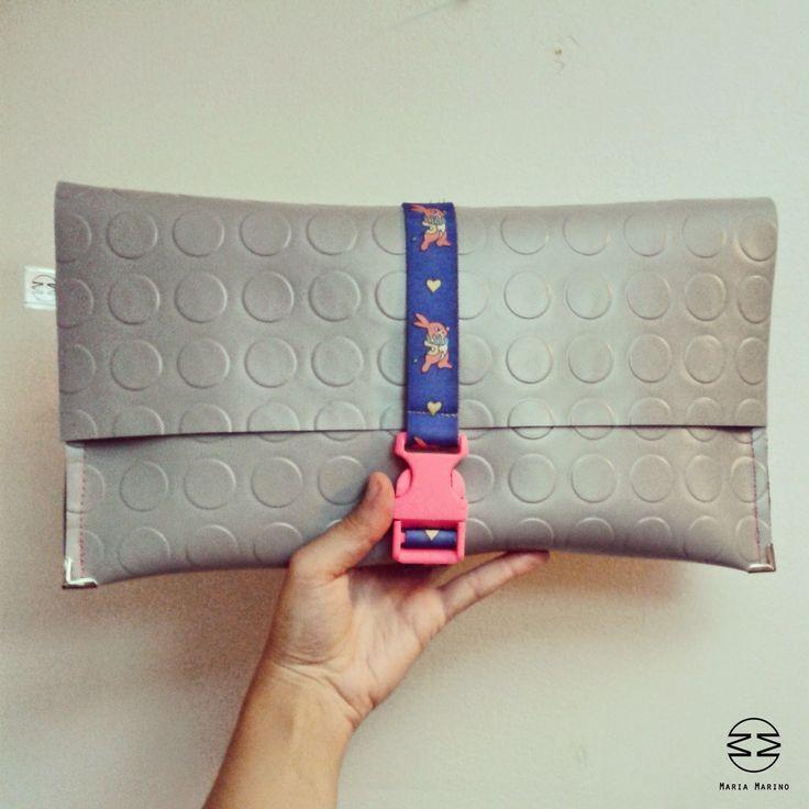 MARIA MARINO bag_pochette in linoleum bullonato grigio, con elastico bretelle bimbo e chiusura a scatto. Per info: http://marinomaria.blogspot.it/