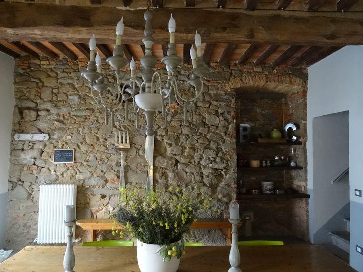 Antica dimora nel borgo di Scansano, Toscana: il vecchio lampadario ridipinto a smalto...  https://archedy.com/2016/05/17/tuscany-mon-amour-la-casa-nel-borgo/