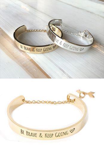 Bracelet en métal plaqué doré ou métal argenté. Le bracelet tendance idéal à offrir à une femme! Un bracelet portebonheur et tendance 2015 . Un bijou créateur tendance qui sublimera toutes vos tenues. Bracelet reglable convient à tous les poignets. Emballage cadeau offert!