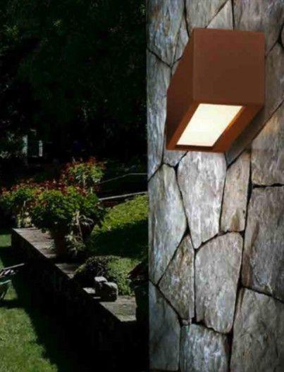 Lampada da parete per illuminazione di esterni. Struttura in pressofusione di alluminio e diffusore in metacrilato opalino. Emissione luminosa alto/basso