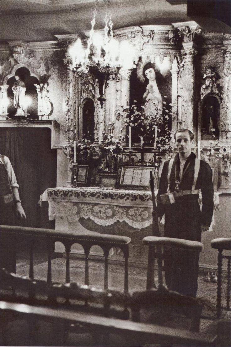 Miliciano republicano monta guardia ante el altar de la Virgen de la Paloma.