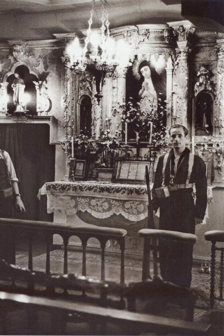 Spain - 1936. - GC - Miliciano republicano monta guardia ante el altar de la Virgen de la Paloma.