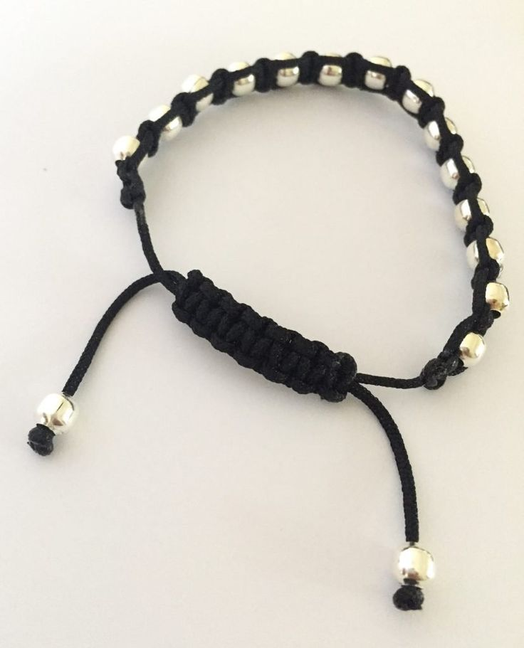 Macrame Bracelet Tutorial: The Square Knot Made Easy! - Create & Craft Blog Macrame Bracelet Patterns, Macrame Bracelet Tutorial, Friendship Bracelets With Beads, Beaded Bracelets Tutorial, Diy Bracelets Easy, Bracelet Crafts, Macrame Bracelets, Gold Bracelets, Macrame Knots