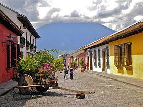Antigua Guatemala, plus connue sous le nom d'Antigua, est l'ancienne capitale du Royaume de Guatemala. Elle est connue pour son architecture coloniale de style baroque et de Renaissance espagnole et pour ses ruines causées par les 2 tremblements de terre de 1773.