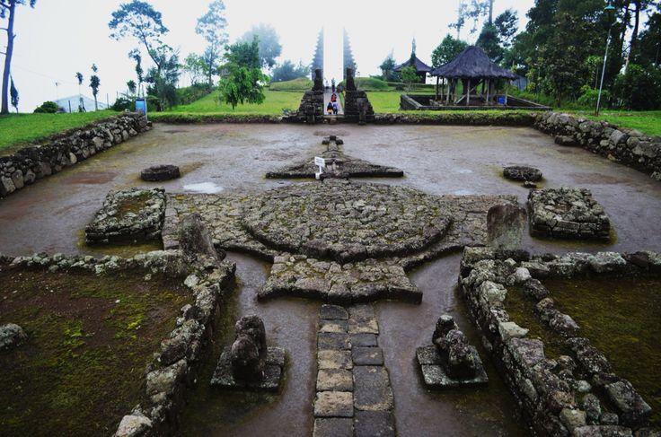 Candi Cetho, Ngargoyoso - Karanganyar terletak di ketinggian 1500 mdpl di lereng Gunung Lawu.