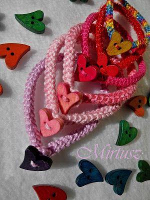 Mirtusz : Melyik szívet válasszam ???  Barátság- karkötők -  színes horgolt alapon színes szív gombok