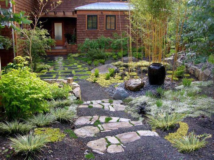 beau jardin de style japonais nécessitant peu d'entretien aménagé avec des plantes couvre-sol, des graminées et du bambou