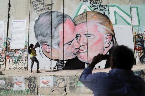 @NoSellOutRec  La nuit passée à Bethleem un artiste courageux peint un baiser entre #Trump & Netanyahu complices de ces murs qui emprisonnent les peuples pic.twitter.com/bDNMH0ZGqr   Emmanuel Foulon (@efoulon1) October 31 2017  #probeatzpromo #100spromo