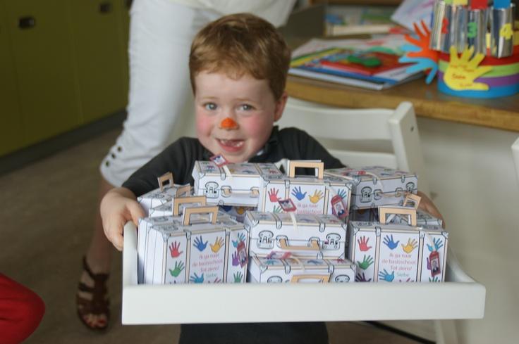 Siebe met zijn traktatiekoffertje ! Een leuke afscheids traktatie. Je kunt de bouwplaat bestellen op www.genytrakteert.nl