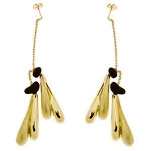 Orecchini in oro giallo con piccoli amuleti in oro lucido e sabbiato e particolari in polvere di lava. Chiusura a farfallina.