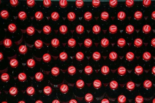 Dat het achteroverslaan van frisdrank niet héél gezond is, weten de meesten van ons inmiddels wel. Maar wat gebeurt er precies van binnen als je bijvoorbeeld een blikje cola drinkt?
