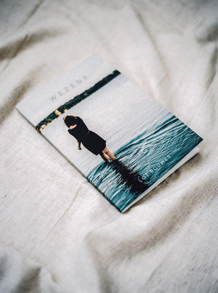 Wezens / foto door Hanke Arkenbout. Dichtbundel Wezens van Lot Bouwes. Booklet poetry analog photography
