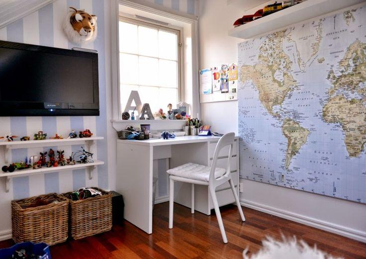 Dere skal selvfølgelig også få se bilder fra gutterommet! Alexander sitt rom er holdt i hvitt og lyseblått. Den stripede veggen har Alexander og jeg laget sammen, med maskeringstape og maling. Skrivebord, stol, reol og kart er fra IKEA. Sengen har fått plass under skråtaket og er som en liten hule. De store putene har …
