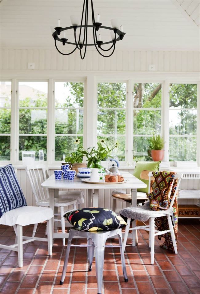 NYTT & GAMMALT. Slagbordet och köksstolarna kommer från Birgits föräldrahem. Pläden har Birgits mamma gjort. I förgrunden en Tolixpall. Kronan i taket är från Ikea. Golvet är gjort av handslaget tegel från Bältarbo i Hedemora.