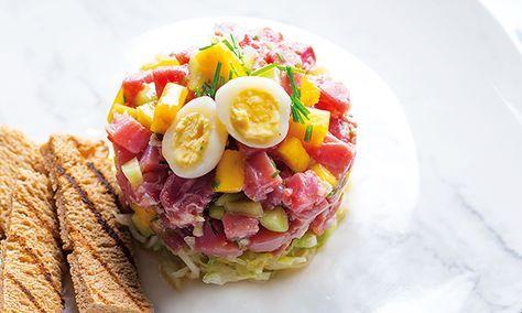 Muito fresco e saboroso, este tártaro de atum com manga e pepino é uma receita cheia de cor. Os ingredientes crus ganham valor na marinada.
