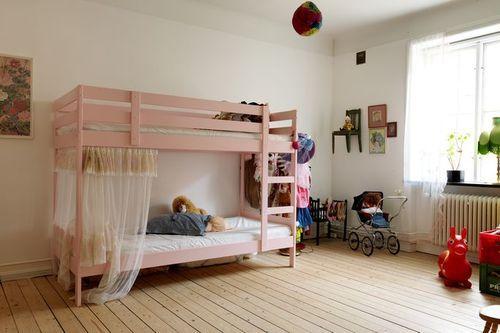 ikea bed (99,-) painted pink - zo kan dat dus ook, een stapelbed