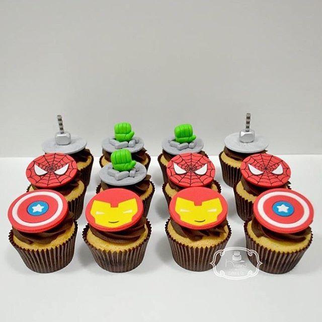 Cupcakes de Massa Branca com recheio de Brigadeiro de Leite Ninho e cobertura de Ganache de Chocolate Meio Amargo, decorados com Pasta Americana, tema Vingadores (Avengers) e Homem Aranha (Spider Man).