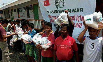 Paket Gizi buat Pengungsi Rohingya