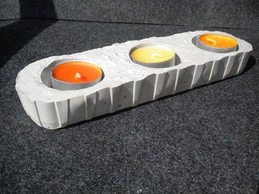 Länglicher Beton Teelichthalter für drinnen und draußen, ideal für drei Teelichter.