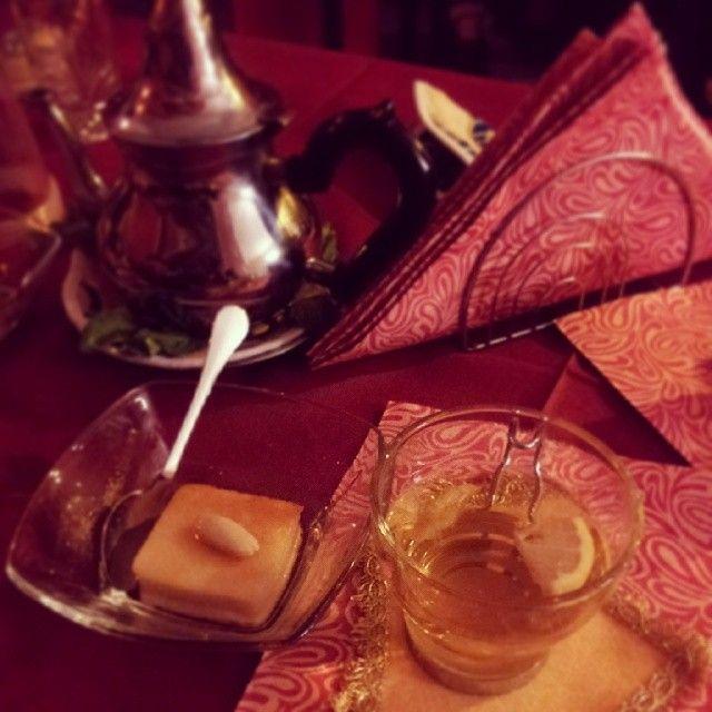 Menu: tè verde, salvia e limone accompagnato a nummoora