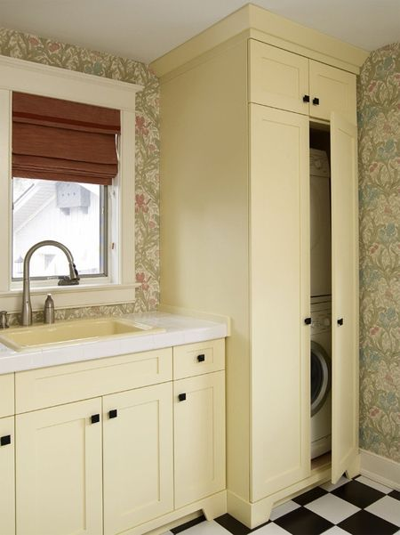 lavanderia pequena atrás de portas