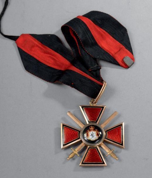 Croix de 2e classe de l'ordre de Saint-Vladimir à titre militaire, en or, émaillée, poinçonnée au titre: «56» et du fabriquant: «P O» ou «P S»; présentée avec sa cravate; largeur 49 mm. Époque, Russie impériale, fin XIXe, début XXe. Très bon état. BC Vente aux #encheres du 17/06/14 par Oger Blanchet