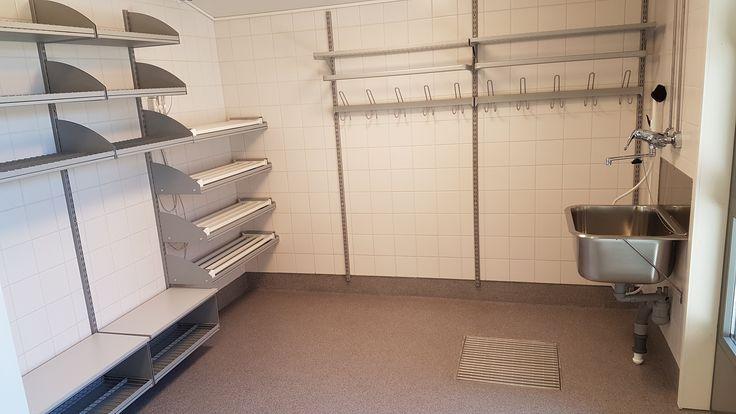 Lattian pesu on helppoa, kun säilytyskalusteet eivät osu lattiaan. Cleaning the floor is easy when storage units never hit the floor. www.jamito.fi #storage #system #säilytysjärjestelmä #jamito