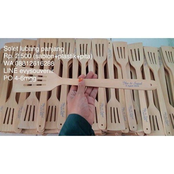 #souvenir solet lubang panjang , Rp. 2.500 sudah termasuk sablon nama dan kemasan plastik serta pita 💃💃💃 warna sablon dan pita bisa pesan 💃💃💃 PO 4-6mgg 💃💃💃 #souvenirnikah #souvenirmanten #souvenirwedding #weddingsouvenir #ambon #balikpapan #banjarmasin #batam #bengkulu #denpasar #gorontalo #jambi #jakarta #jayapura #kendari #kupang #makasar #manado #manokwari #mataram #medan #padang #palangkaraya #palu #sorong #tarakan #ternate