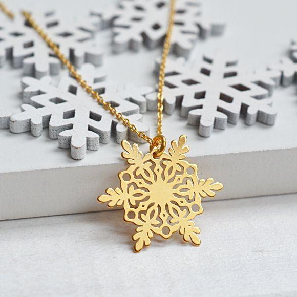 Naszyjnik z płatkiem śniegu. Zobacz na: https://laoni.pl/zloty-naszyjnik-z-platkiem-sniegu #śnieżynka #naszyjnik #celebrytka #łańcuszek #biżuteria