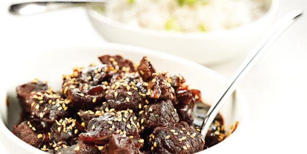 Riblappen op Aziatische wijze gekookt in ketjap en teriyakisaus. Bestrooid met sesamzaad en geserveerd met basmatirijst.