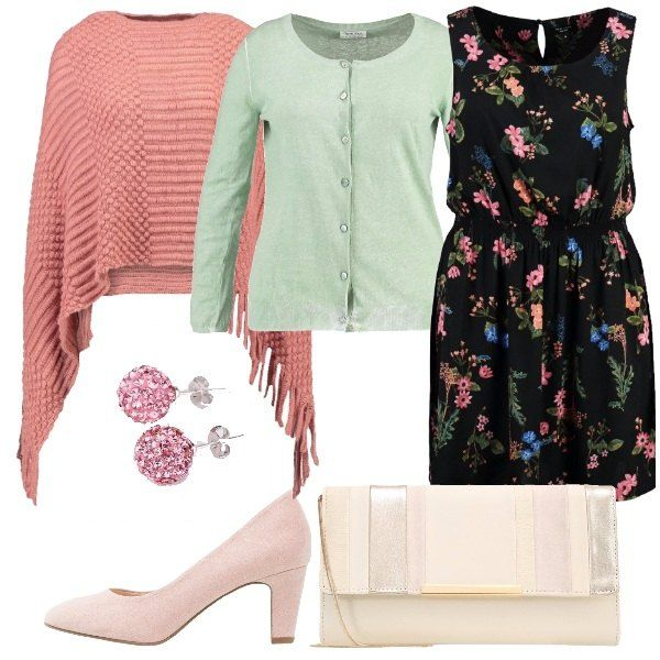 Outfit curvy romantico formato da un abito fiorito, un golfino color menta e una mantella rosa, come anche le décolleté mentre la pochette è color champagne con un tocco, anche lei, di rosa.