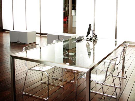Mesa fabricada en acero inoxidable acabado mate, con encimera de vidrio templado.    Diaco fabrica todo tipo de mesas para cualquier uso totalmente a medida con diseño personalizado y materiales muy variados, como acero inoxidable, madera maciza, lacados, sintéticos, vidrios etc.