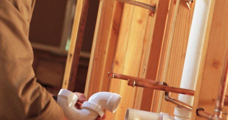 Las posibles maneras de ventilar un tubo de drenaje del lavabo de un baño. Un tubo de ventilación de plomería ayuda a que el agua fluya libremente al permitir que el aire se mueva detrás del agua. Sin un respiradero, el agua no fluirá fácilmente, ya que crea un vacío detrás de sí misma. Cada accesorio está obligado a tener un respiradero a una cierta distancia de la trampa. El drenaje del lavabo del baño emplea varios ...