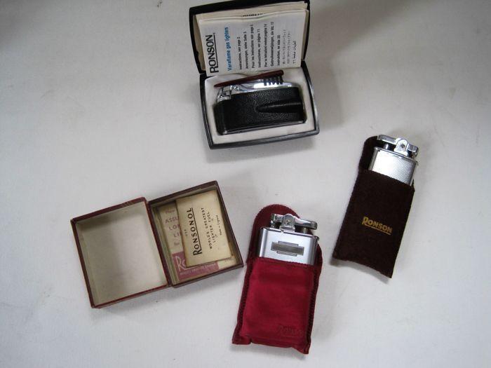 3 Ronson aanstekers - 2 x benzine - 1 gas lichter Ronson Varaflame - originele verpakking / beschrijving  Deze kavel is ongeveer twee Ronson aanstekers en een gas dat lichter uit Engeland.De benzine aanstekers zijn beide gemaakt van staal verchroomd en het gas lichter heeft een lederen schede.Deze zijn waarschijnlijk afkomstig van het 50s-60s en zijn allemaal in een perfecte ongebruikte voorwaarde!Met een benzine aansteker alles is er: verpakking beschrijving en stof dekken.De tweede is de…