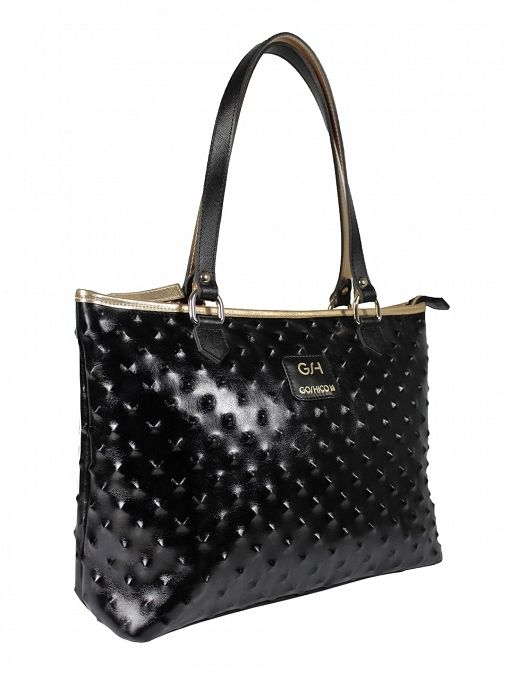 Extremely original, leather shoulder bag with zipper closure. The bag is in black, decorated with gold piping. From the inside it is decorated with quilted lining in black. The whole is decorated with leather handles in black and gold. Additionally, in the middle is a zip pocket and leather phone pocket. Each original handbag GOSHICO id is in the middle of the tab with our logo. PRICE: 290.85 € http://www.sklep-goshico.com/duza-torba-na-ramie-rebel-na-zamowienie.html