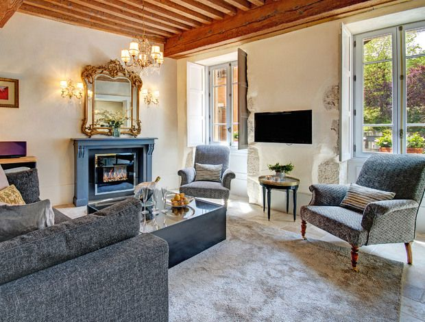 Les Tourterelles Annecy - Historic 4 star Annecy apartment in city walls. Sleeps 4, 2 bedrooms, 2 bathrooms. Lake 200m, short walk from train station
