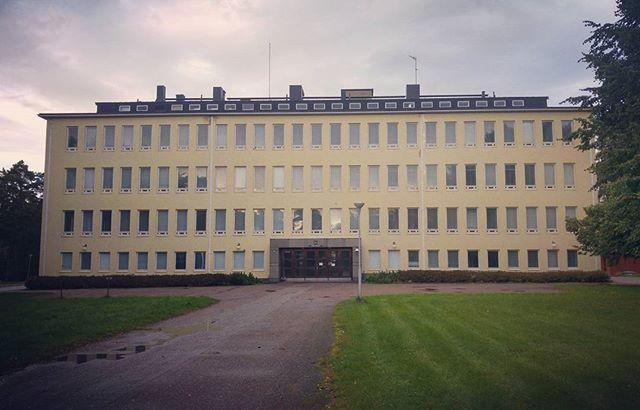 Jos edellinen oppilaitosrakennus edusti rationalismia murrosvaiheessaan niin tässä Jalmari Peltosen Metsäntutkimuslaitoksen laboratoriorakennuksessa (1938) mennään tyylipuhtaan funktionalismin puolelle ruudukkomallisine julkisivuineen. Tähän kilometrin päässä Tikkurilan asemalta sijaitsevaan rakennukseen suunnitellaan jonkinlaista tuetun asumisen yksikköä. Eli käyttötarkoituksen muutos on taas mukana kuvioissa ja haasteet sen mukaiset. Toivottavasti projekti onnistuu! #rakennusperintö…