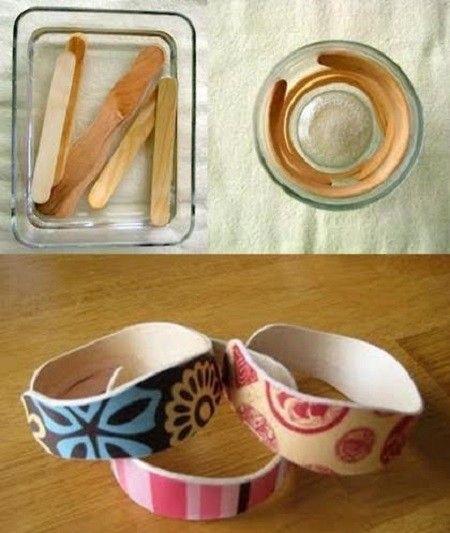 Pulseras con palitos de helado: hervir los palitos 15-20 minutos. Dejar secar dentro de un vaso para que tomen la forma. Pintar o pegar cinta adhesiva decorada